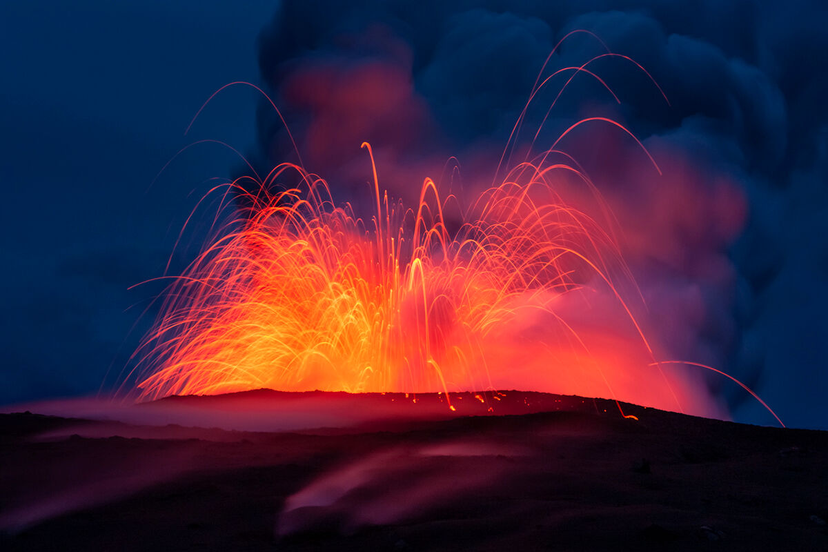 High pressure in the lava tube on this morning made the lava explode over and over making a great opportunity to captures images...